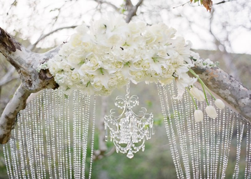 http://noivinhaemfolha.com.br/wp-content/uploads/2013/08/white-wedding-decor.jpg