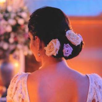 penteado de noiva+rosas+flor de cór