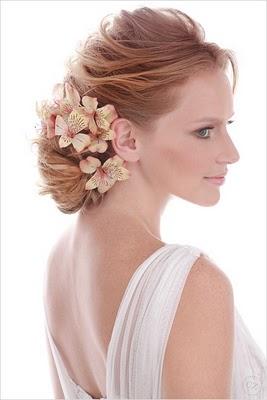 penteado de noiva com coque e flores