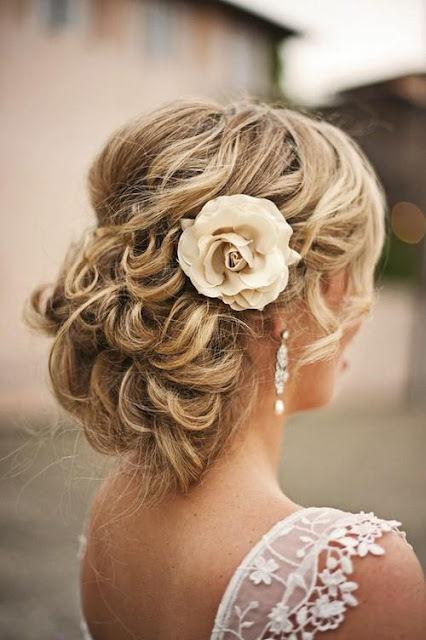 penteado de noiva com flor lindo
