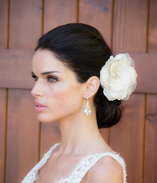 penteado de noiva com flor no coque