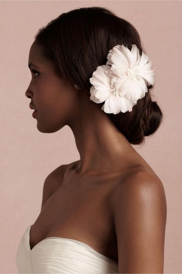 penteado de noiva coque com uma flor