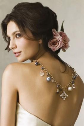 penteado noiva com uma flor rosa