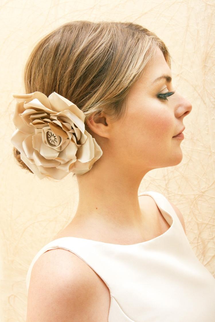 penteado noiva com uma flor